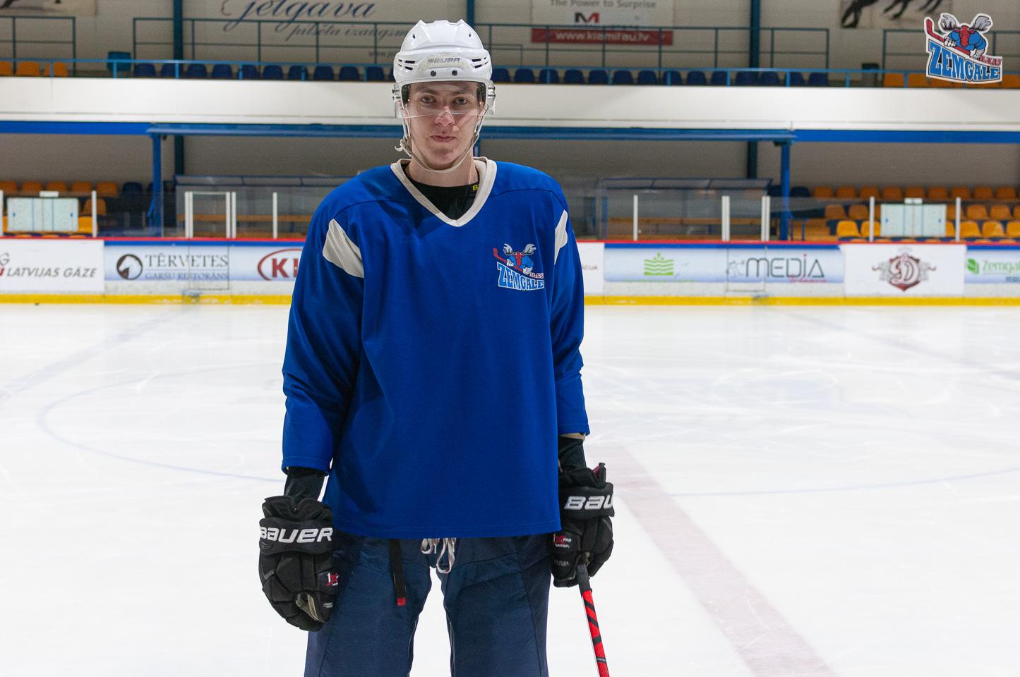 Hokeja spēlētājs pozē uz ledus