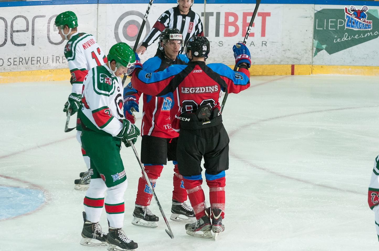 Zemgale/LLU uzbrucēji Raivis Kurnigins #13 un Kristaps Legzdiņš #90 sveic viens otru pēc Kriša Grundmana #4 gūtiem vārtiem spēlē pret Liepāja/Optibet LOC ledus hallē Liepājā 2017. gada 21. oktobrī.