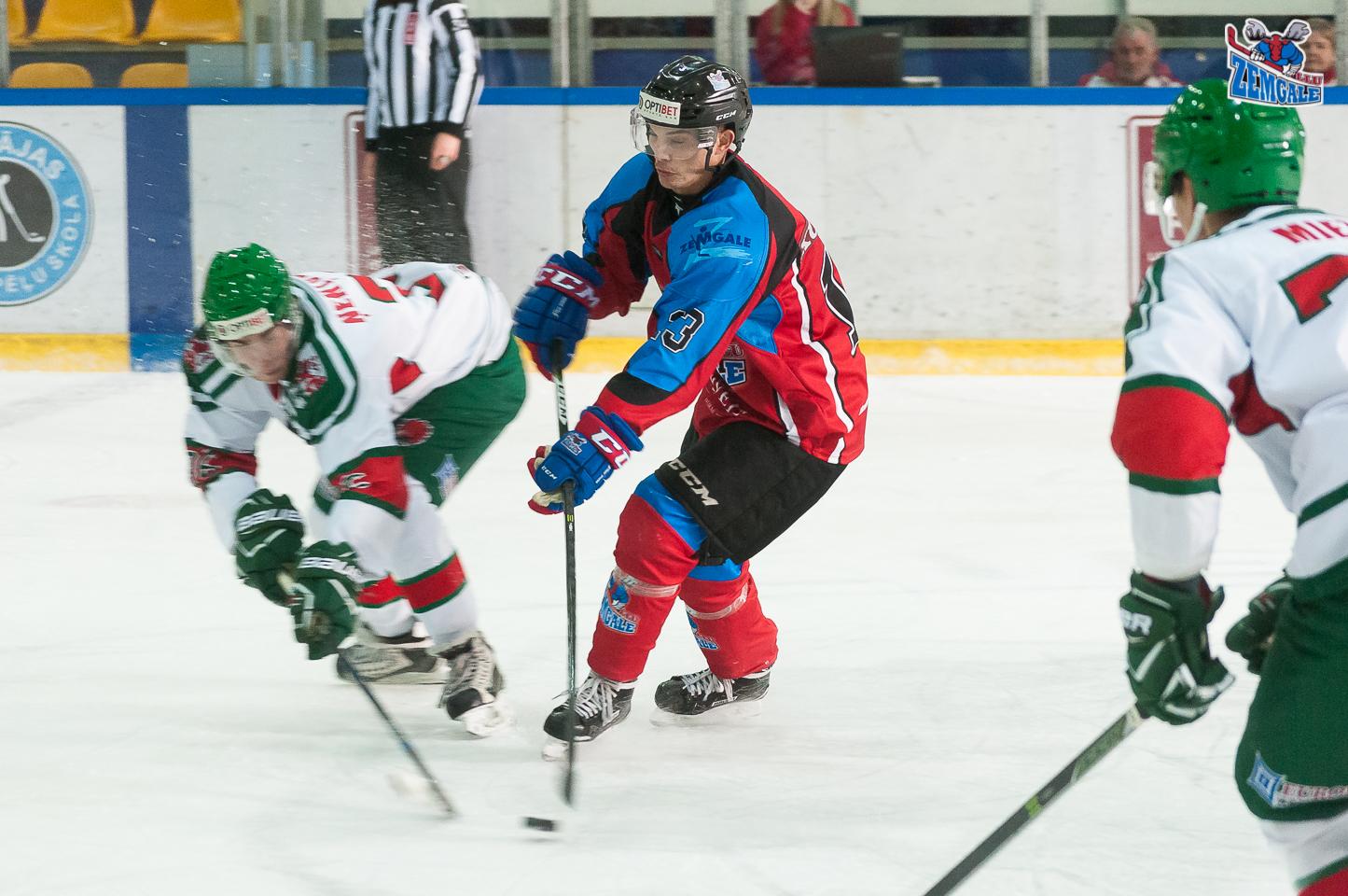 Zemgale/LLU uzbrucējs Raivis Kurnigins #13 mēģina izlauzties starp Liepāja/Optibet spēlētājiem LOC ledus hallē Liepājā 2017. gada 21. oktobrī.