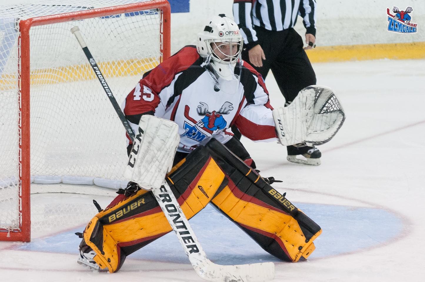 """Optibet hokeja līgas spēlē starp HK """"Prizma"""" un HK """"Zemgale/LLU"""" uzvarētājs tika noteikts papildlaikā, jo pamatlaiks noslēdzās ar rezultātu 1:1. Jelgavnieku uzbrucējs Ričards Bernhards, gūstot vārtus lielā vairākumā, garantē HK """"Zemgale/LLU"""" uzvaru ar rezultātu 2:1."""
