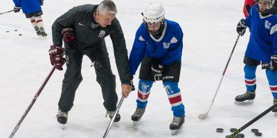 Latvijas izlases galvenais treneris Bobs Hārtlijs aizvada divus treniņus ar JLSS hokejistiem un īsu semināru skolas treneriem, Jelgavas ledus hallē, 2018. gada 08. februārī.