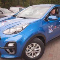 """HK """"Zemgale/LLU"""" sponsors """"Mitau Motors"""" pēc tradīcijas, uzsākot jauno Optibet hokeja līgas sezonu, piešķir komandas galvenajam trenerim Valērijam Kuļibabam jauno """"Kia"""" automašīnu."""