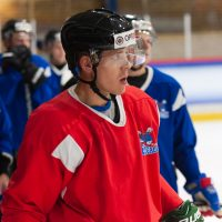 """Krievijas hokeja izlases galvenais treneris Oļegs Znaroks, aizvada treniņu ar HK """"Zemgale/LLU"""" spēlētājiem Jelgavas ledus hallē, 2018. gada 19. oktobrī."""