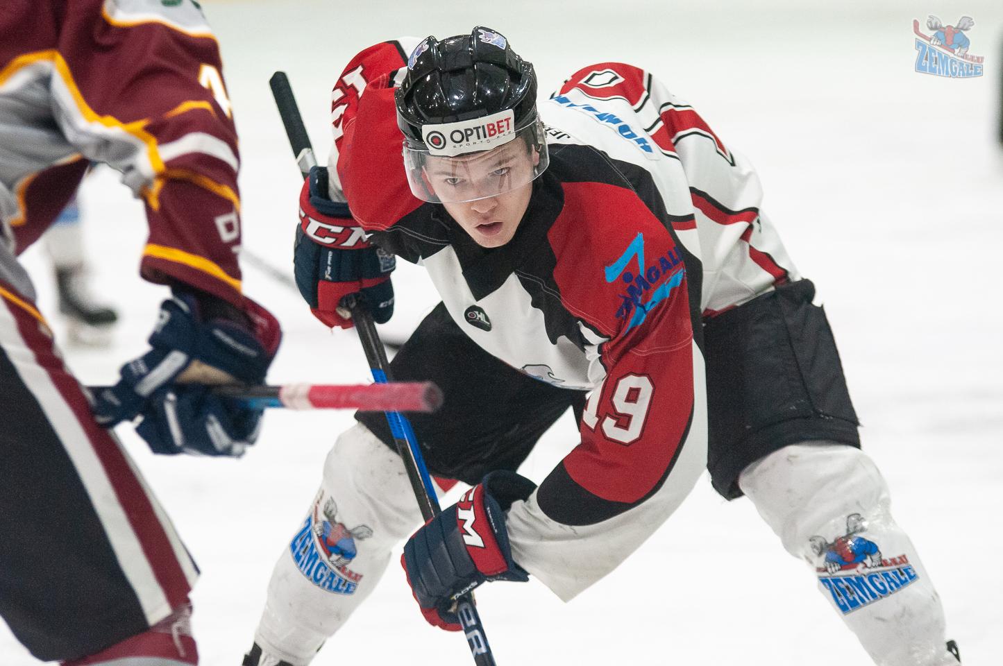 Hokejists Artūrs Homjakovs iemetiena pozīcijā