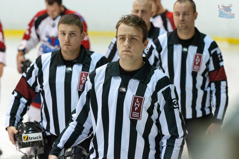 Optibet hokeja līgas tiesneši Latvijas himnas izpildīšanas laikā