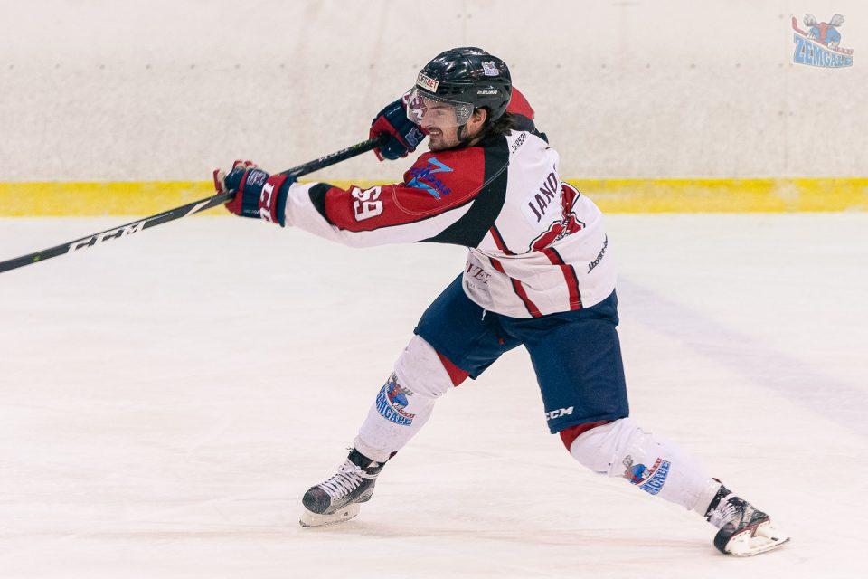 Hokejists Sebastian Janda izdara metienu no zilās līnijas