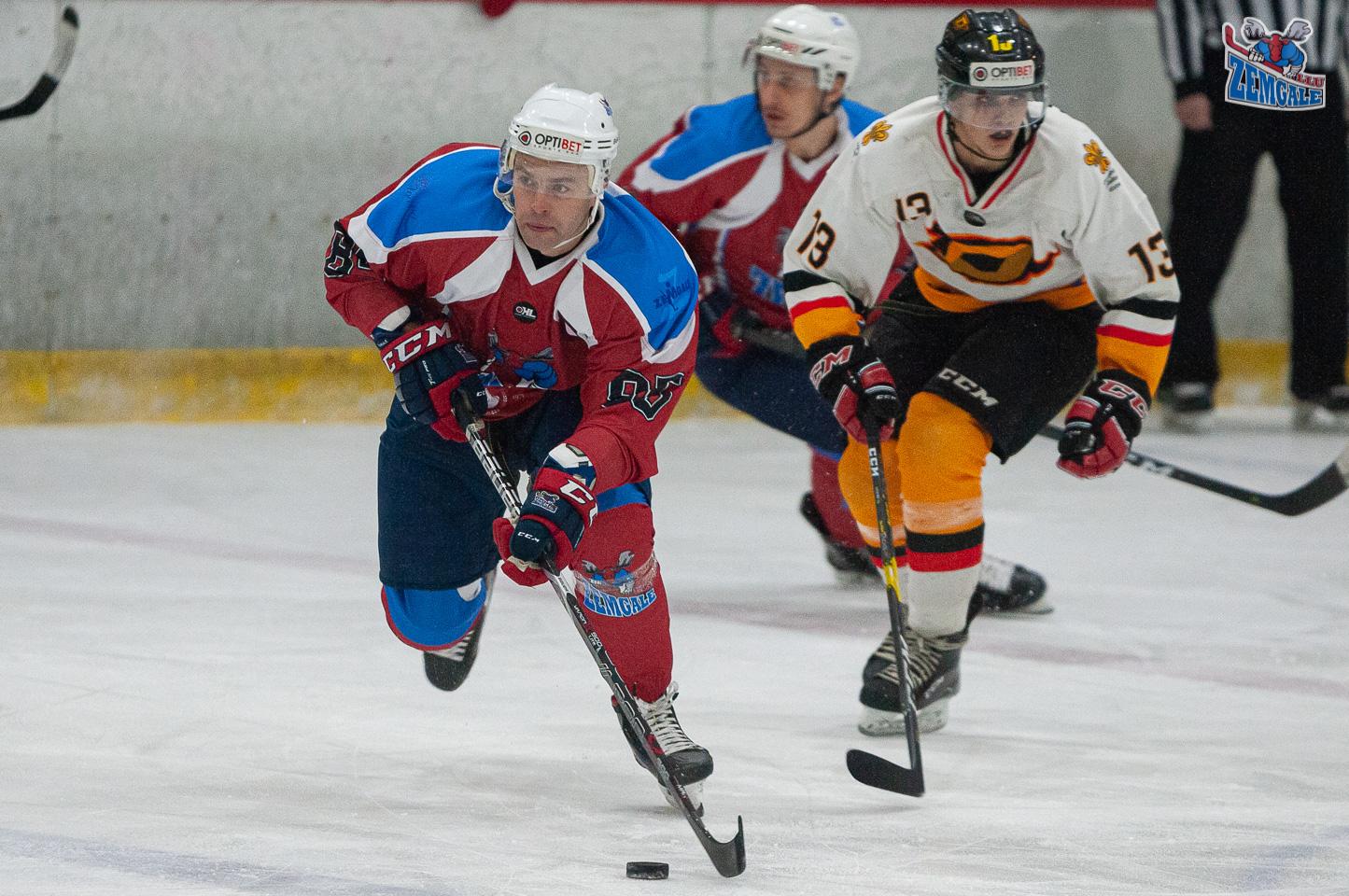 Hokejists ar ripu raujas pretuzbrukumā