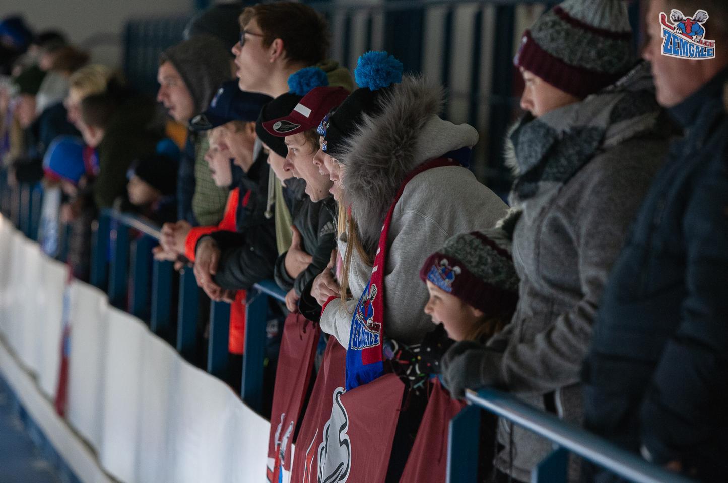 Hokeja fani bļauj atbalstot savu komandu