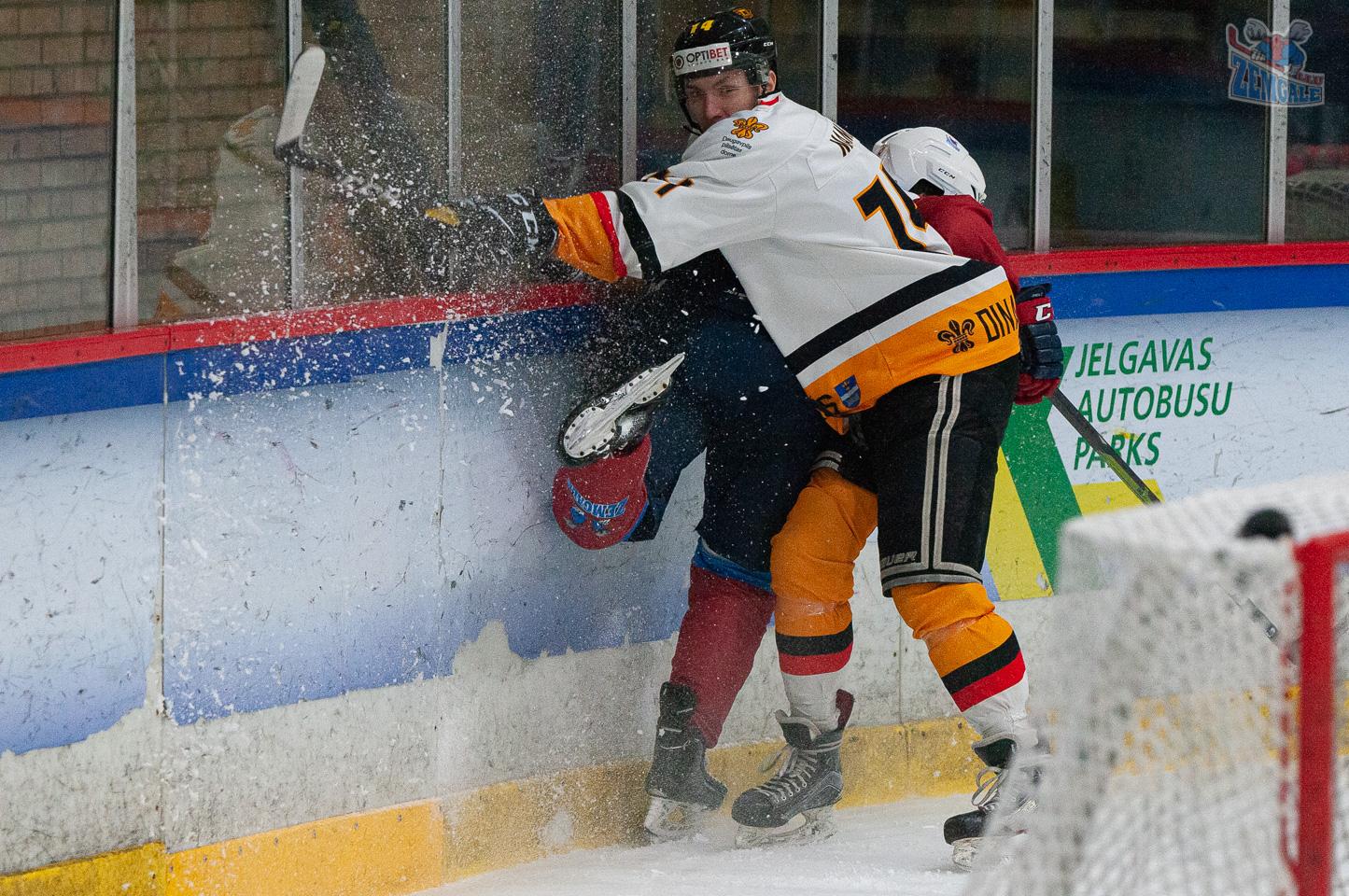 Hokejists triec bortā pretinieku, saceļot sniega pikas