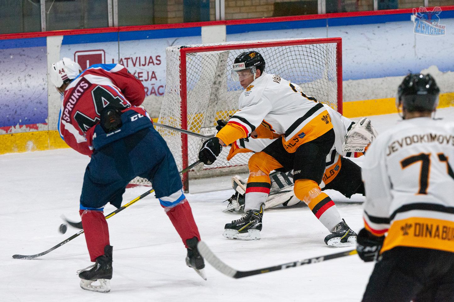 Hokejists Gatis Sprukts taisa ripu Dinaburga vārtos.