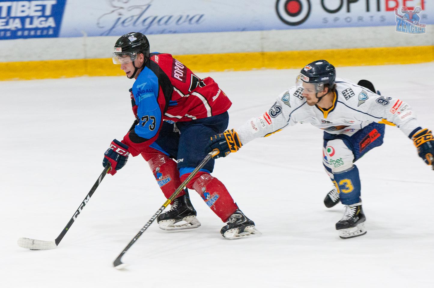 HK Zemgale LLU aizsargs Aleksejs Popovs un HK Kurbads uzbrucējs Lauris Rancevs