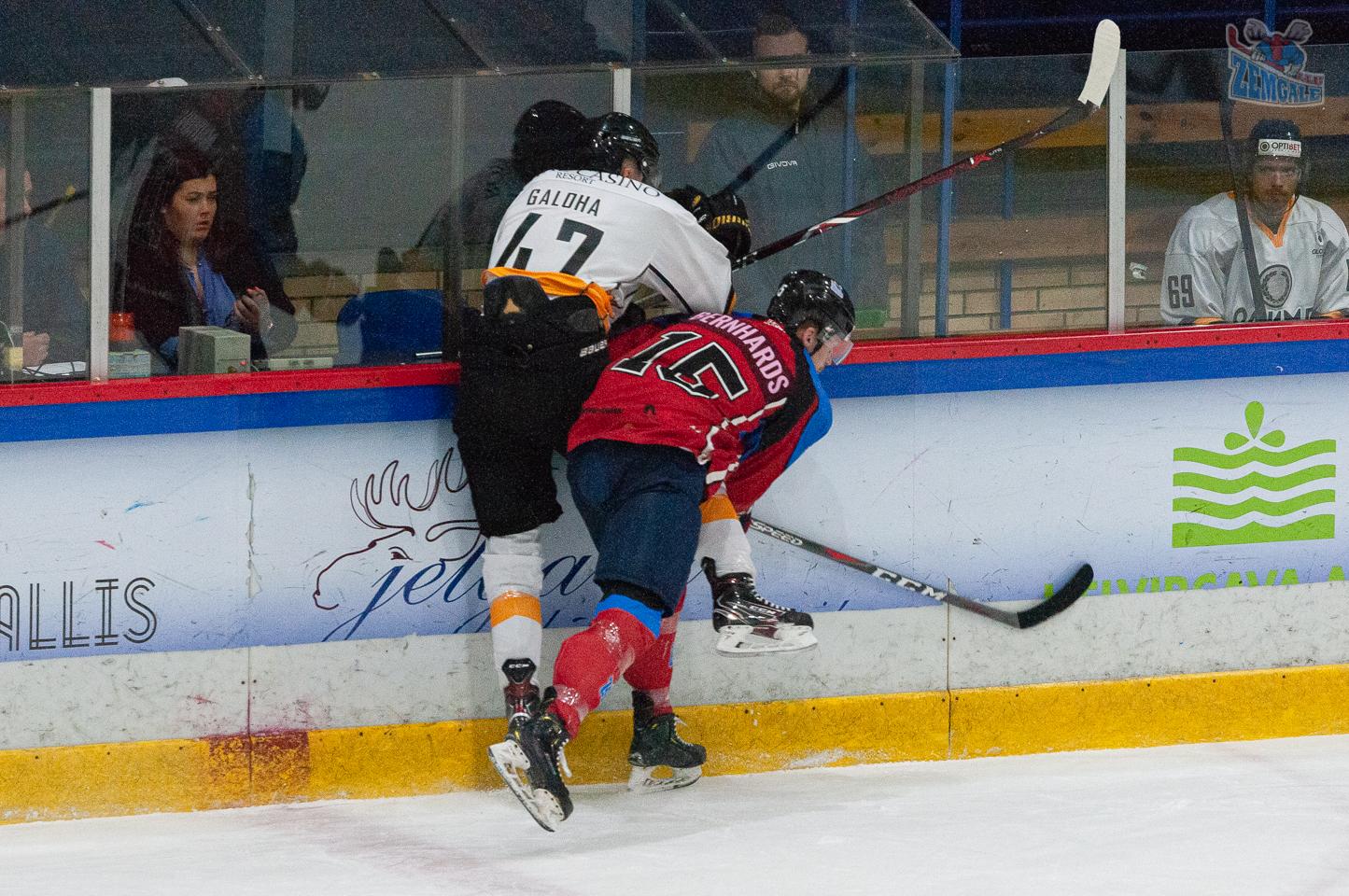 Uzbrucēja Ričarda Bernharda spēka paņēmiens pret Olimp hokejistu