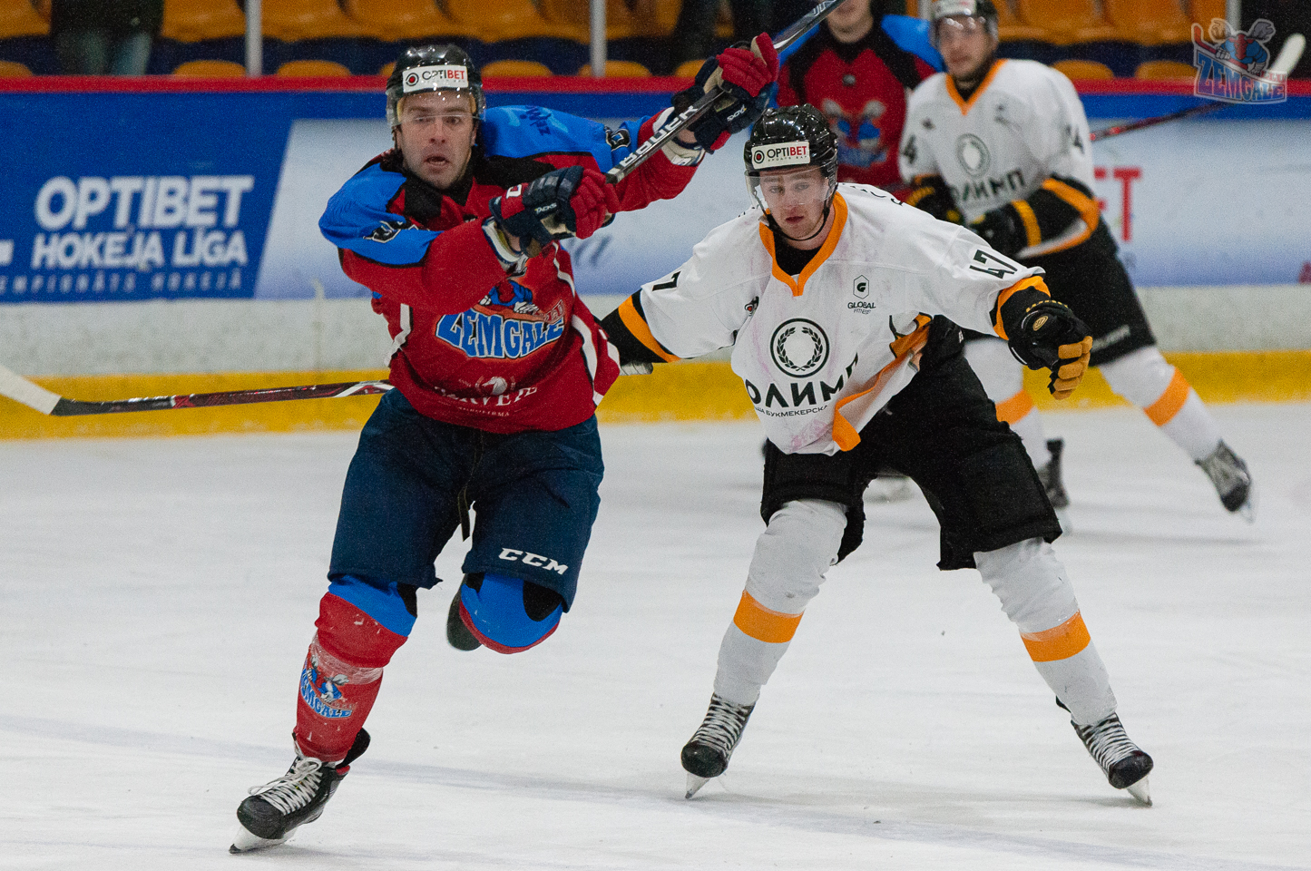 Hokejists Valentīns Feoktistovs raujas uzbrukumā
