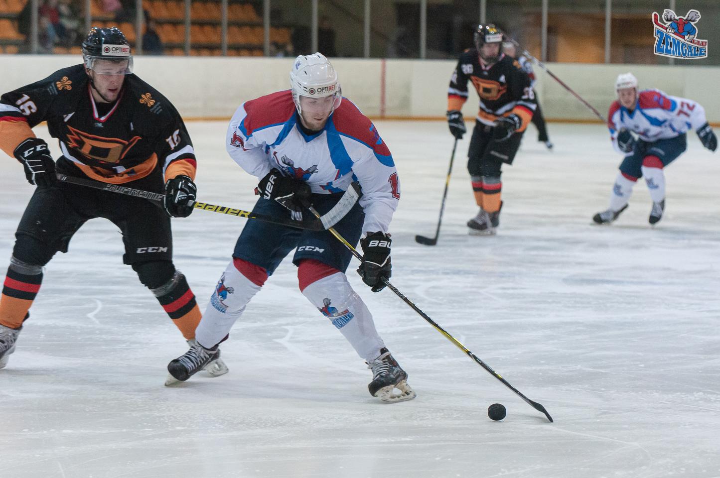Hokeja uzbrucēji slido uzbrukumā