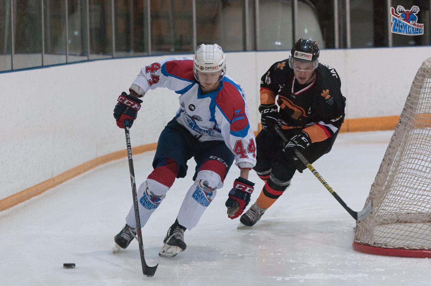 Hokejisti slido ar ripu aiz vārtiem