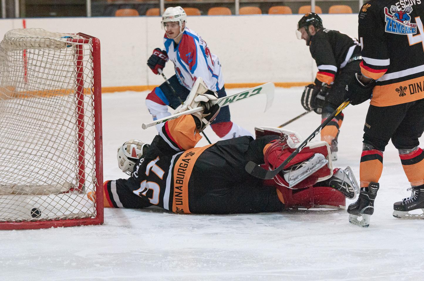 Hokejists Adeļsons ieraida ripu vāŗtos