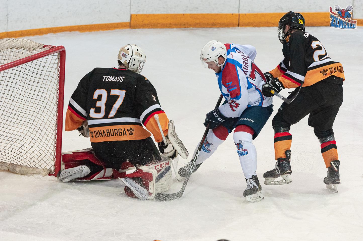 Vartsargs aptur hokejista raidīto ripu