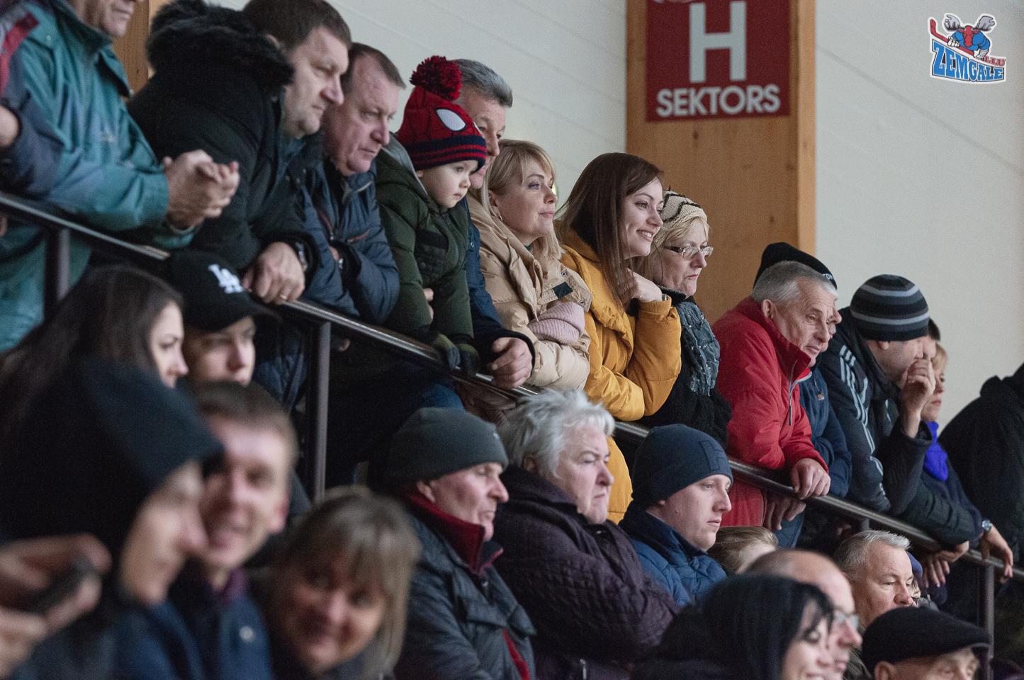 Skatītāji vēro hokeja spēli Daugavpilī