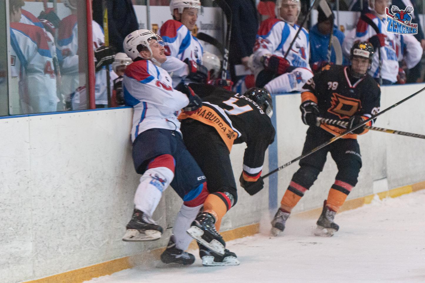 Hokejists ar spēka paņēmienu triec bortā pretinieku