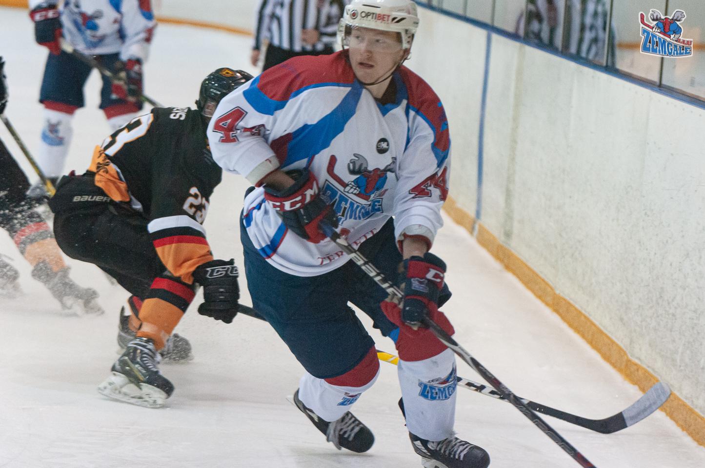 Hokeja uzbrucējs Sprukts ar virāžas palīdzību izvairās no pretinieka