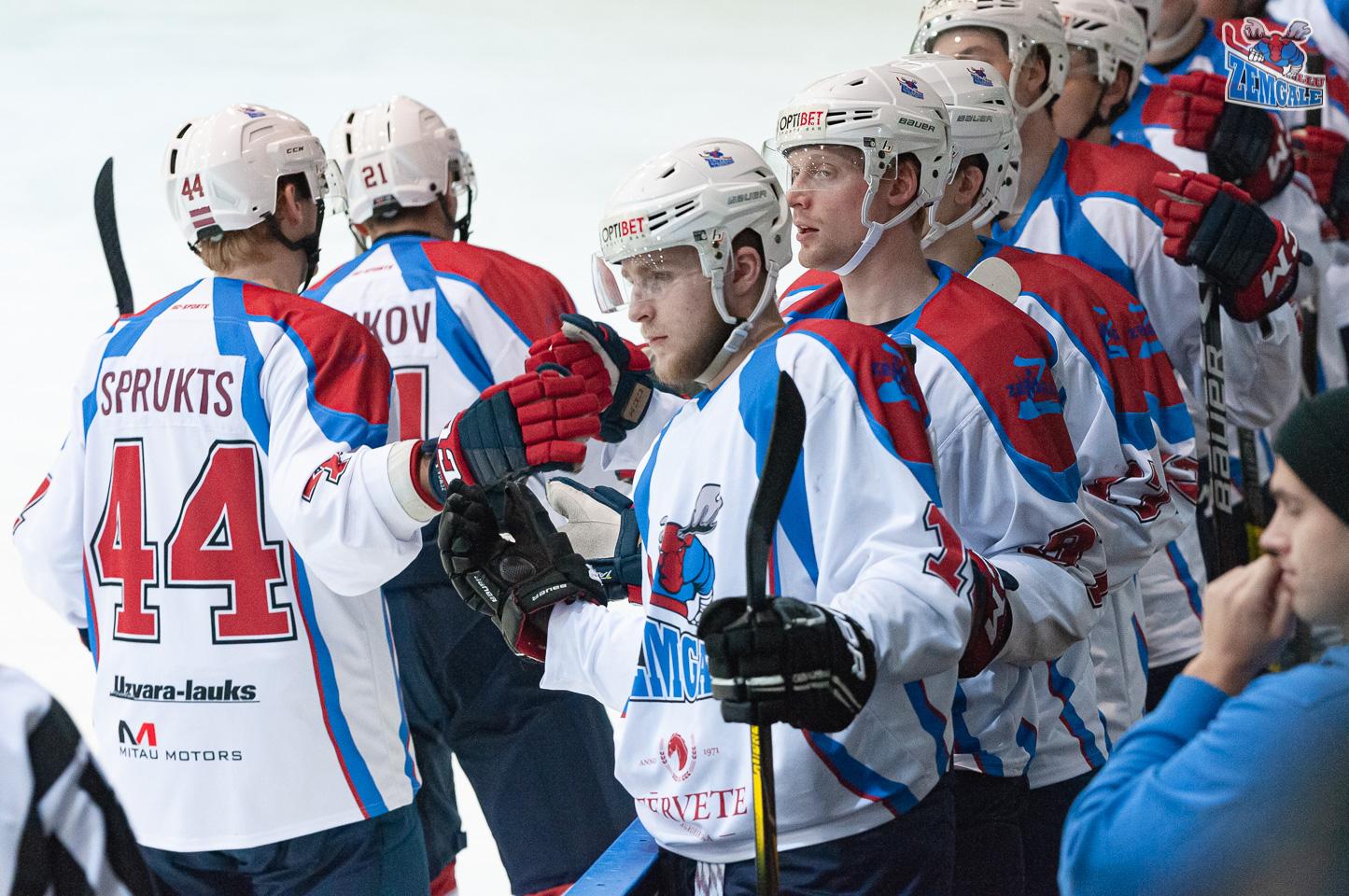 Hokejisti uz rezervistu soliņa sveic viens otru ar gūtiem vārtiem
