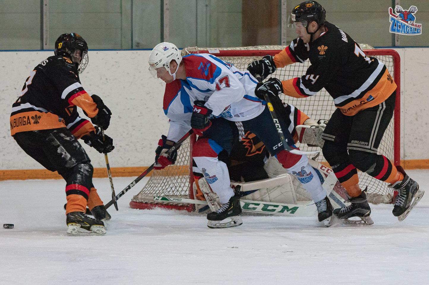 Hokejisti cīnās par ripu vārtu priekšā