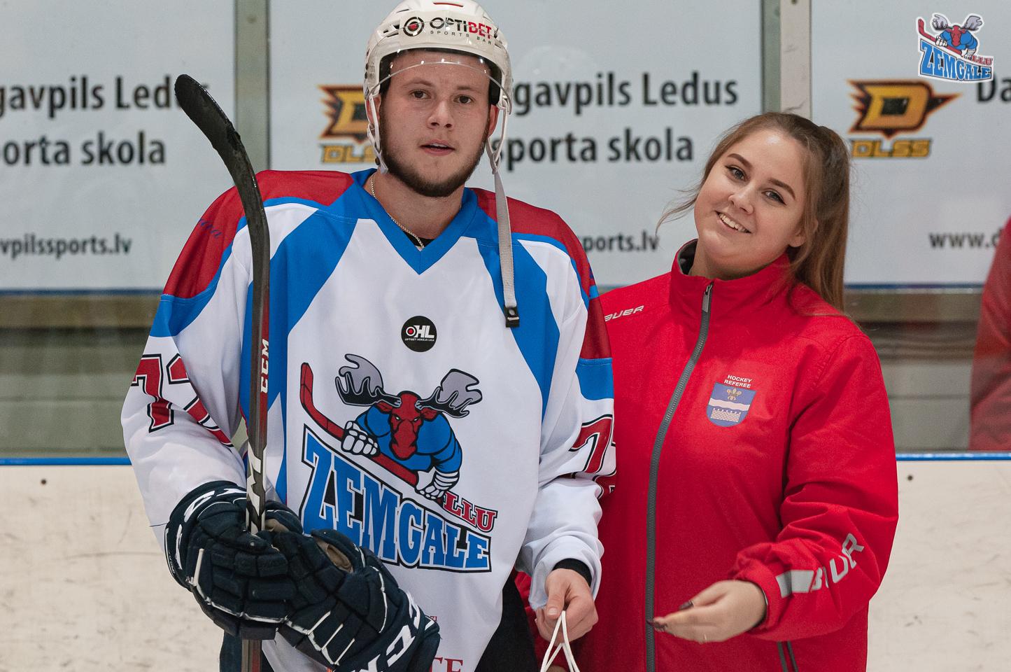 Jauniete pasniedz labākā spēlētāja balvu hokejistam