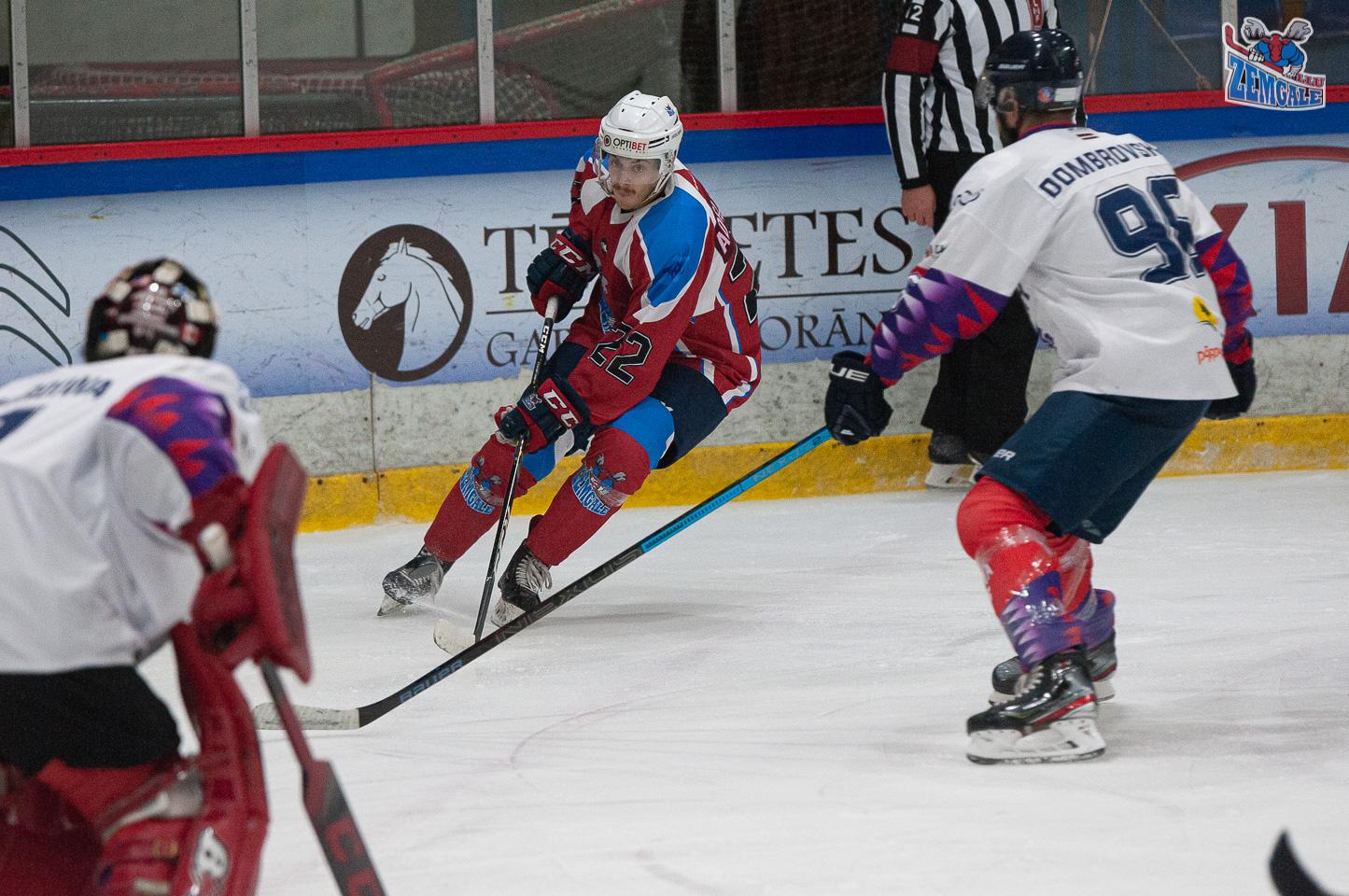 Hokejists mēģina apspēlēt pretinieka aizsargu
