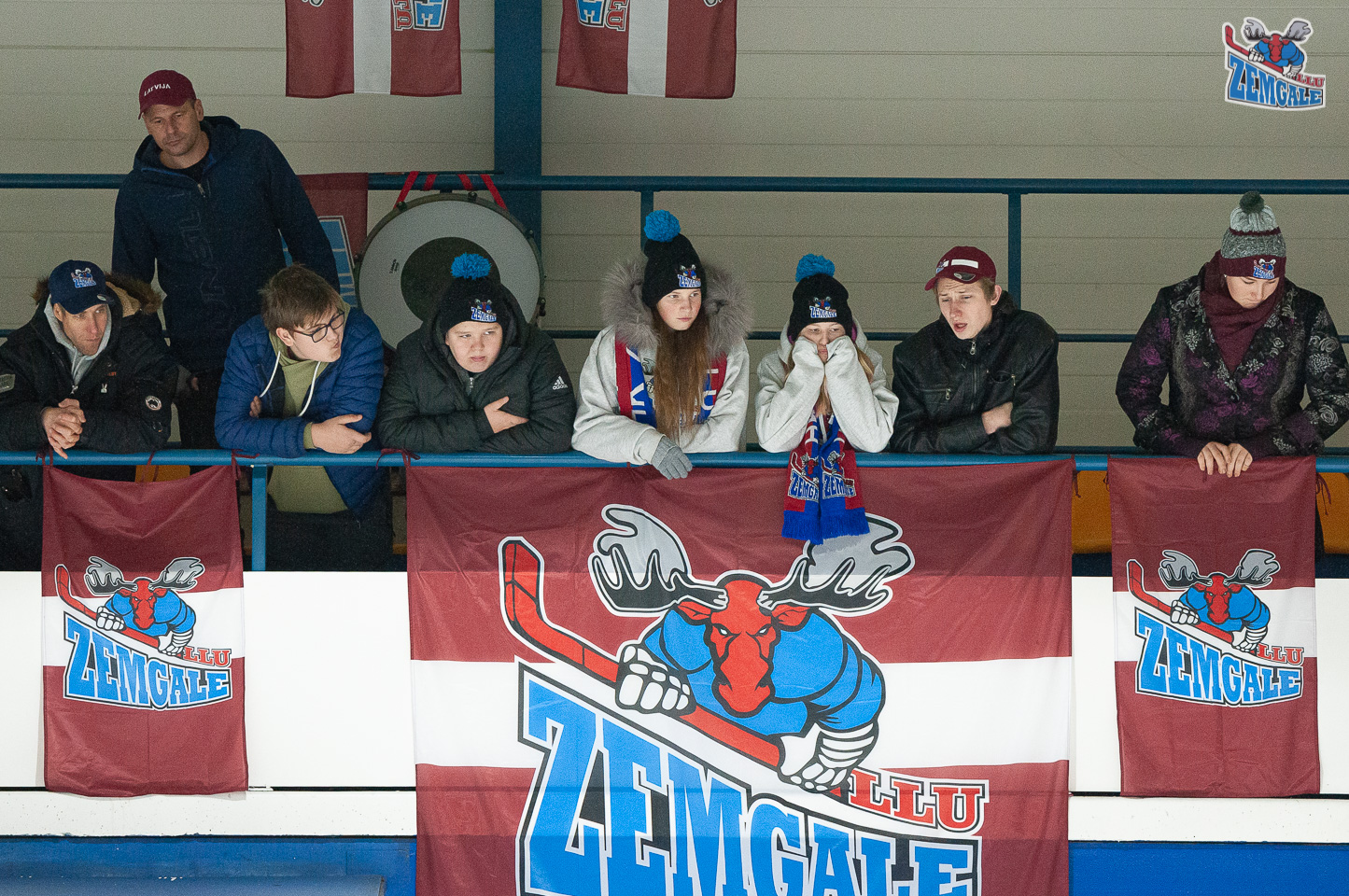 Hokeja fani ar karogiem un bungām