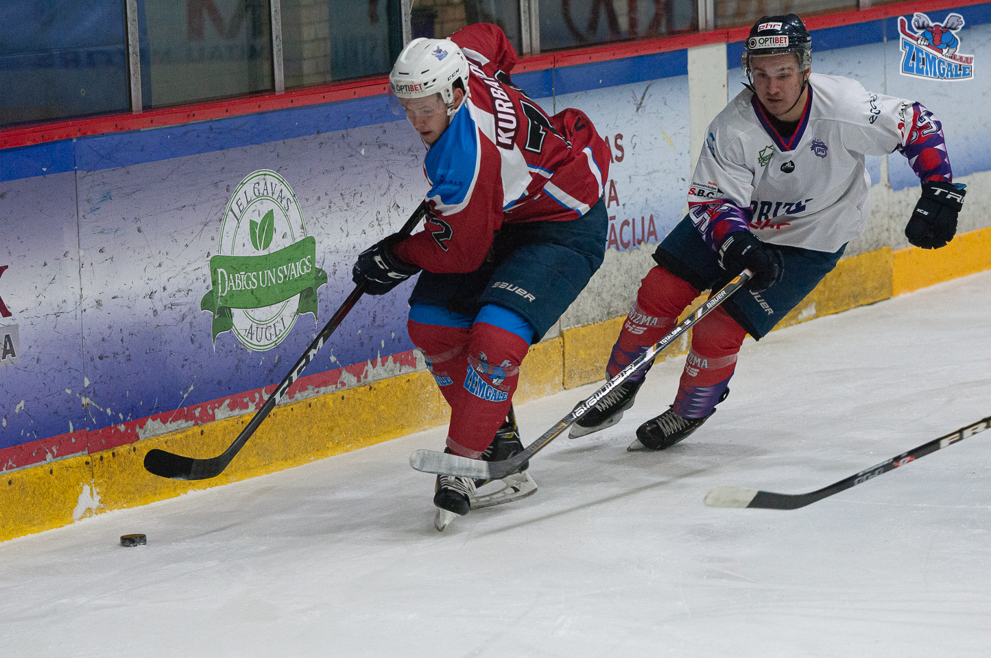 Hokejisti cīnās par ripas kontroli