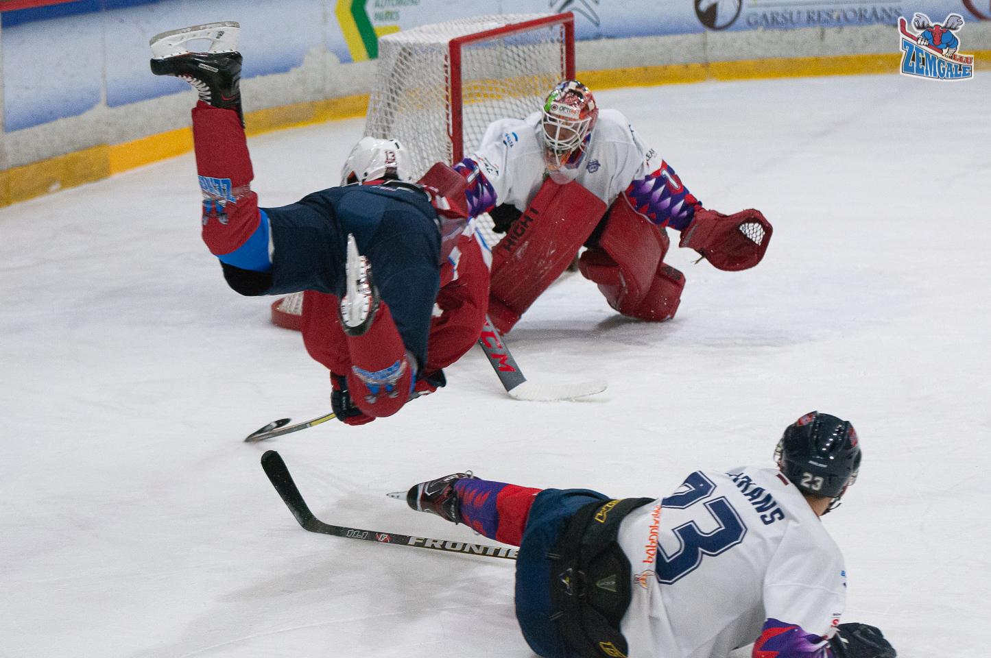 Hokejist lido pa gaisu ar vārtsargu fonā