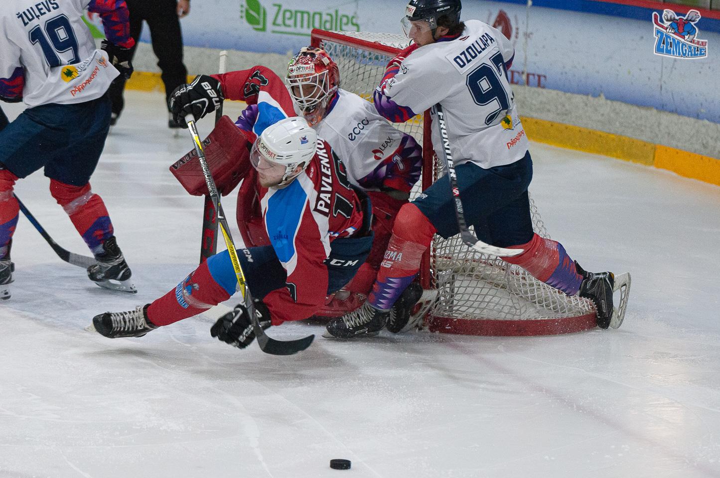 Hokejists lido pa gaisu pēc spēka paņēmiena