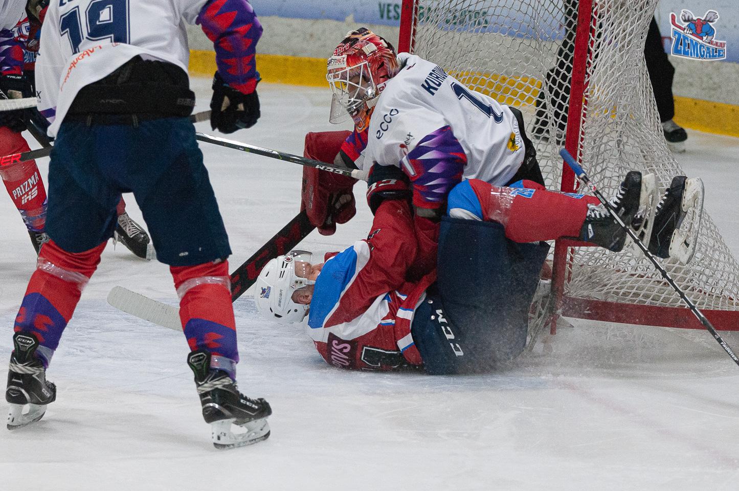Hokejists ietriecas vārtos un vārtsargā