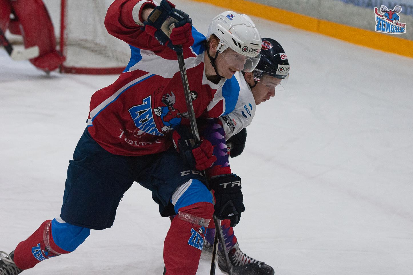 Hokejist sakļāvušies ar pleciem cīņā par ripu