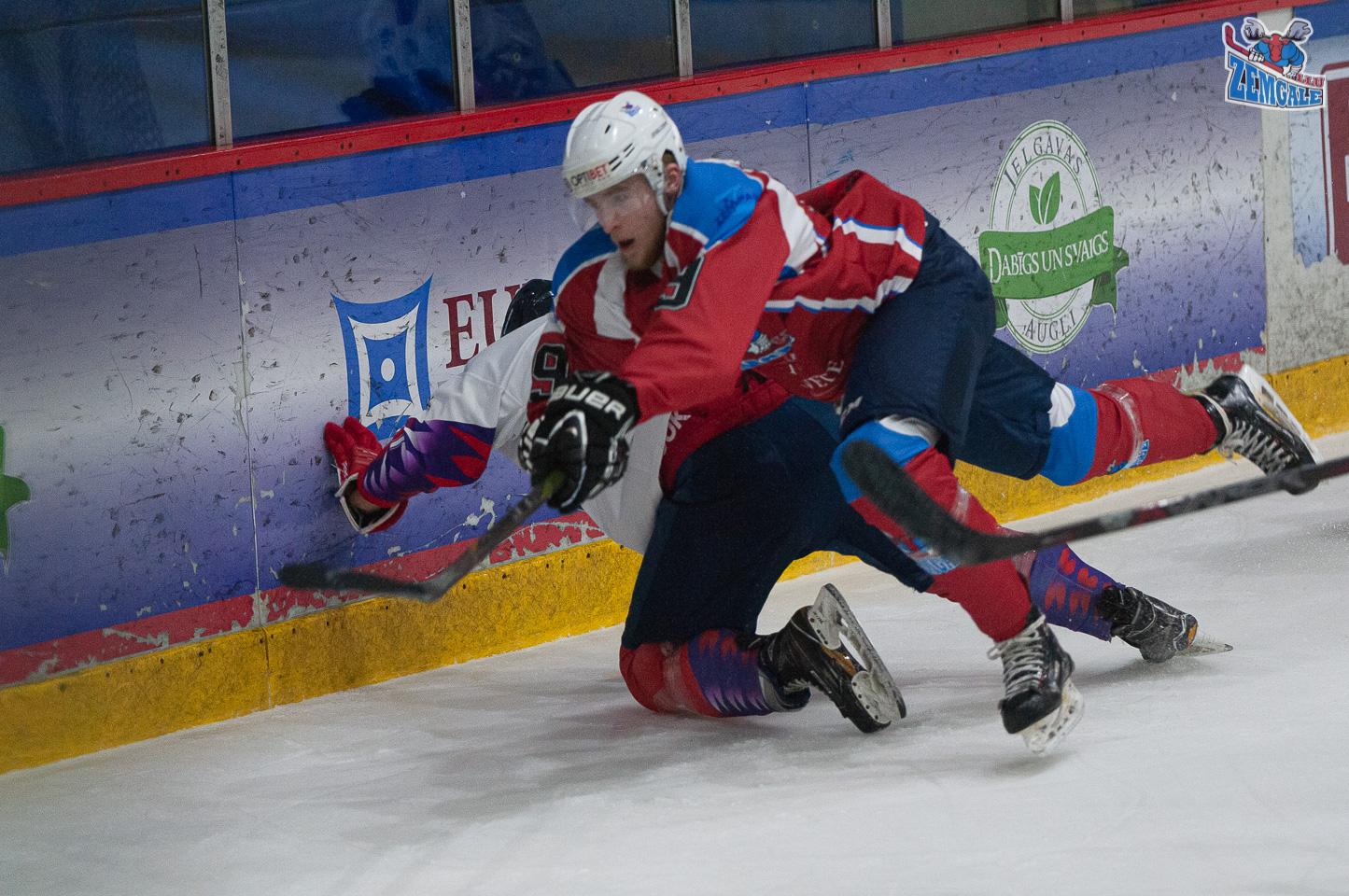 Hokejisti krīt pēc spēka paņēmiena