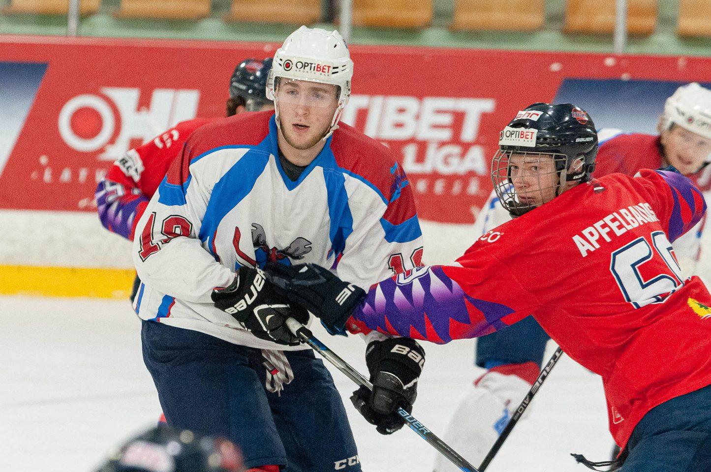Hokejists ar roku kavē pretinieku