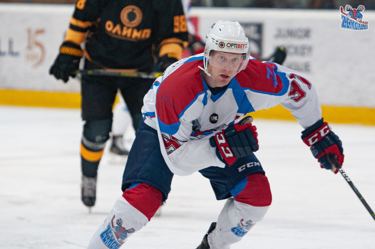 Hokejista tuvplāna foto, kad viņš dodas uzbrukumā