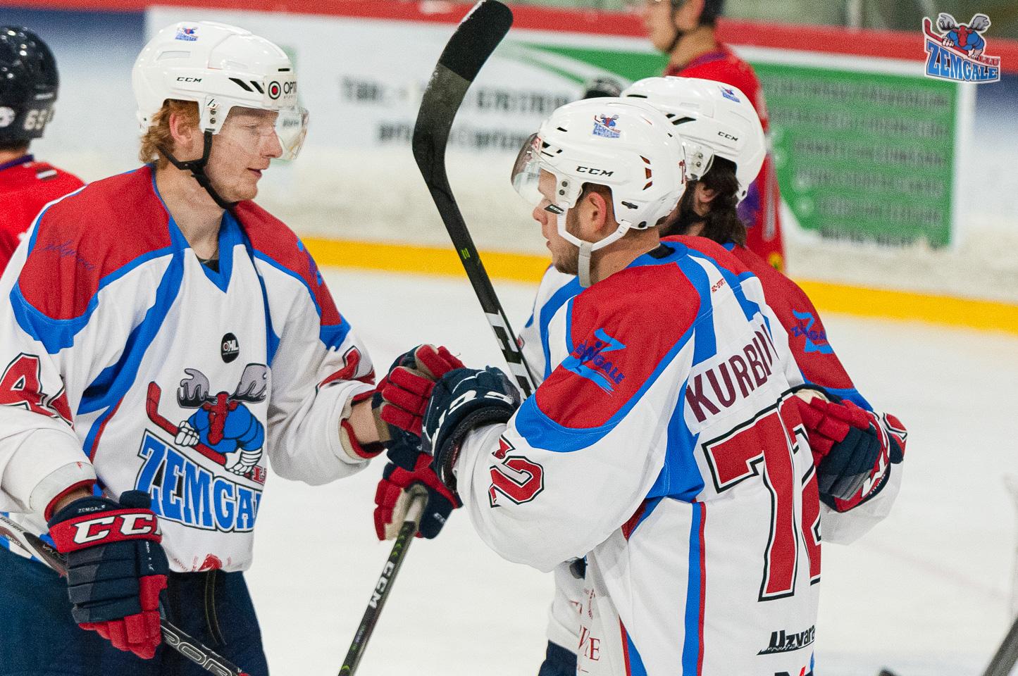 Hokejisti sveicina viens otru