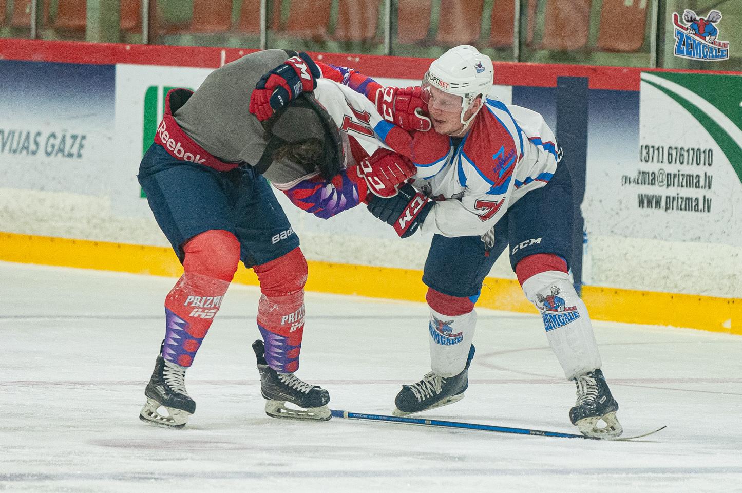 Viens hokejists otram velk nost kreklu