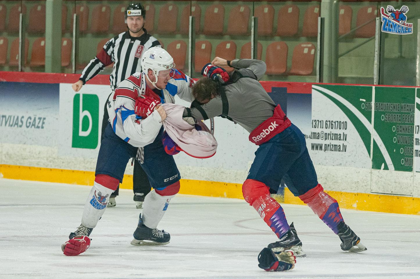 Divu hokejistu kautiņu vēro tiesnesis