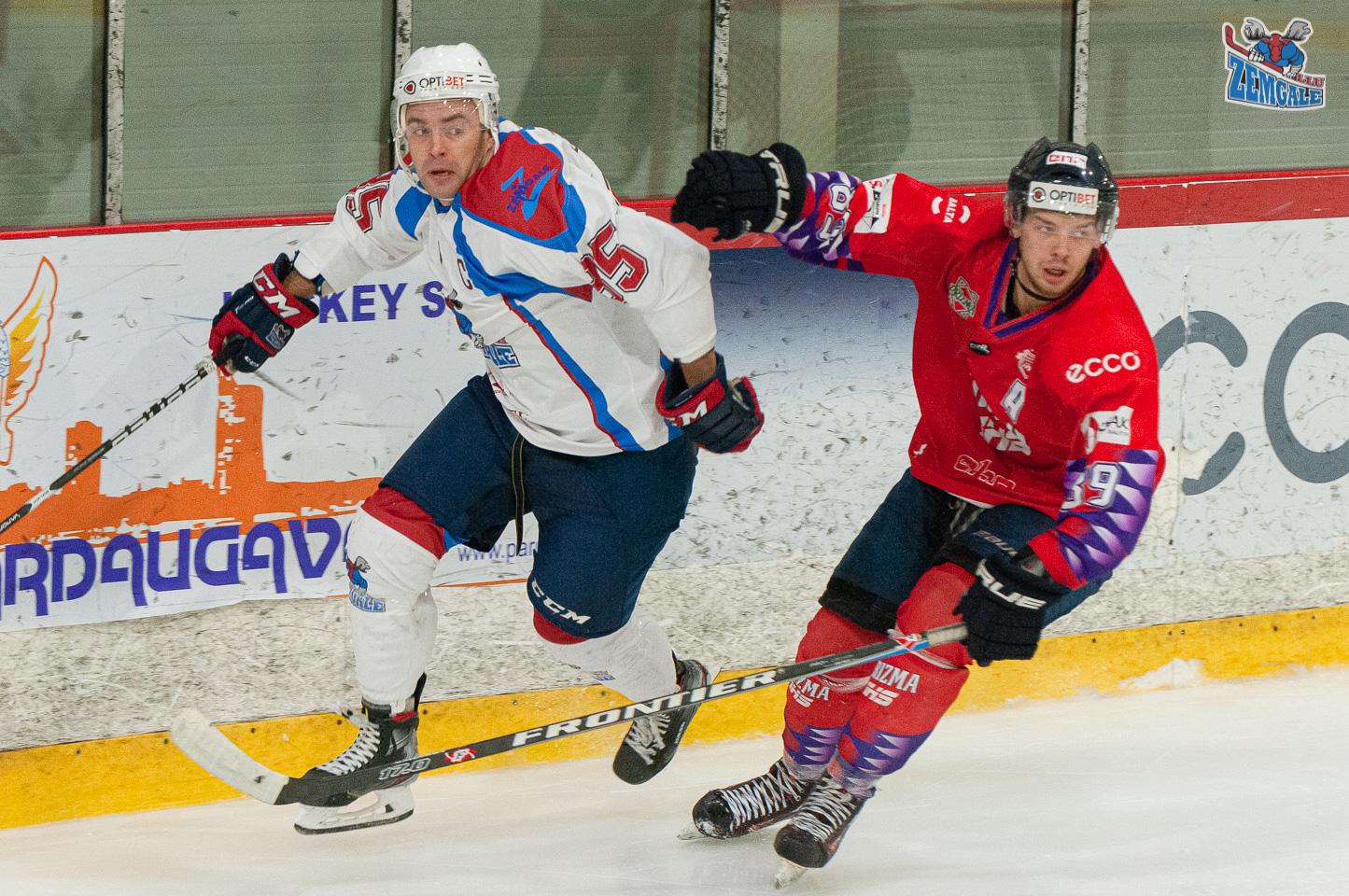 Divi hokejisti pie laukuma borta