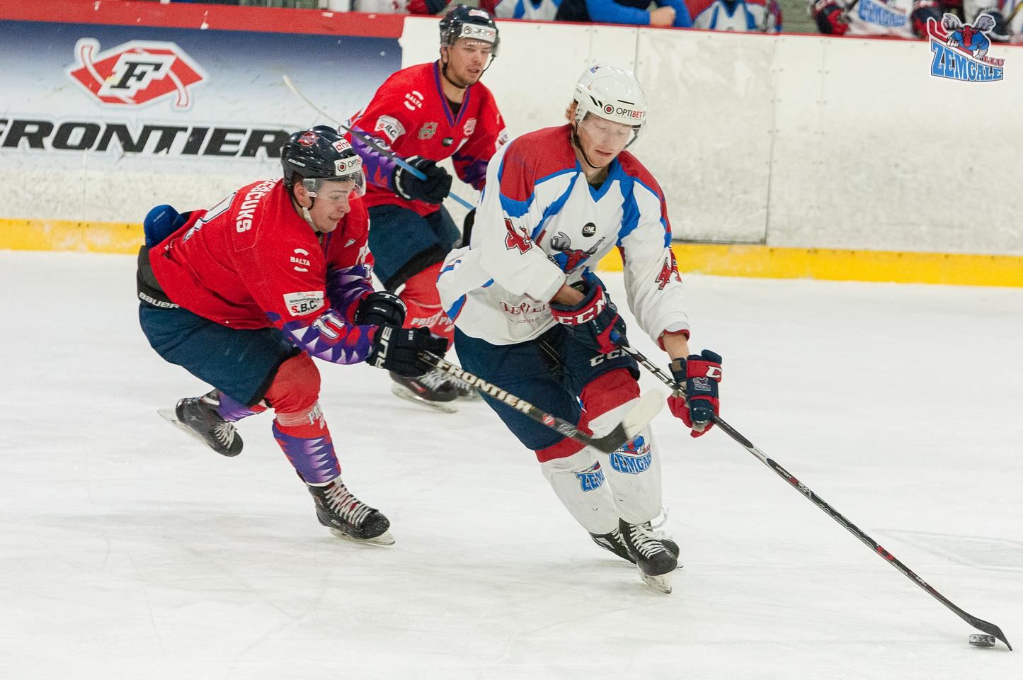 Hokeja uzbrucējs apspēlē pretinieka aizsargu