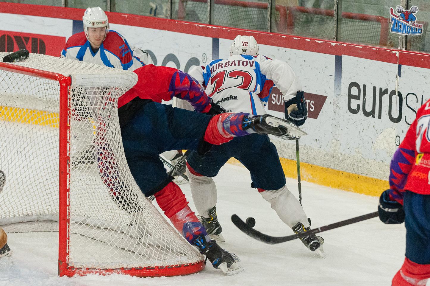 Hokejists krīt uz vārtu tiķla