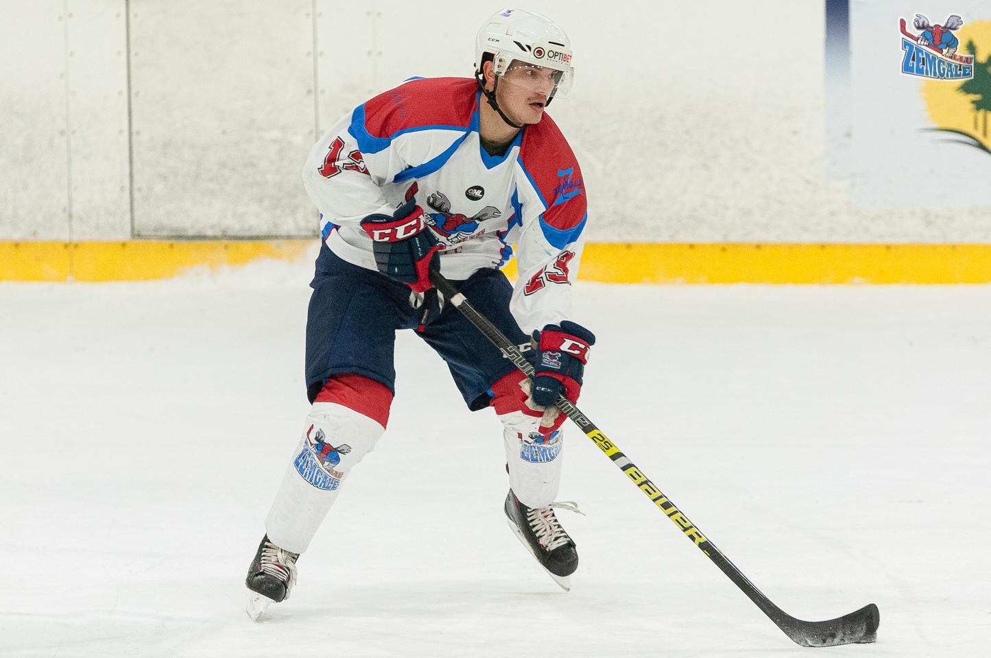 Hokeja uzbrucējs