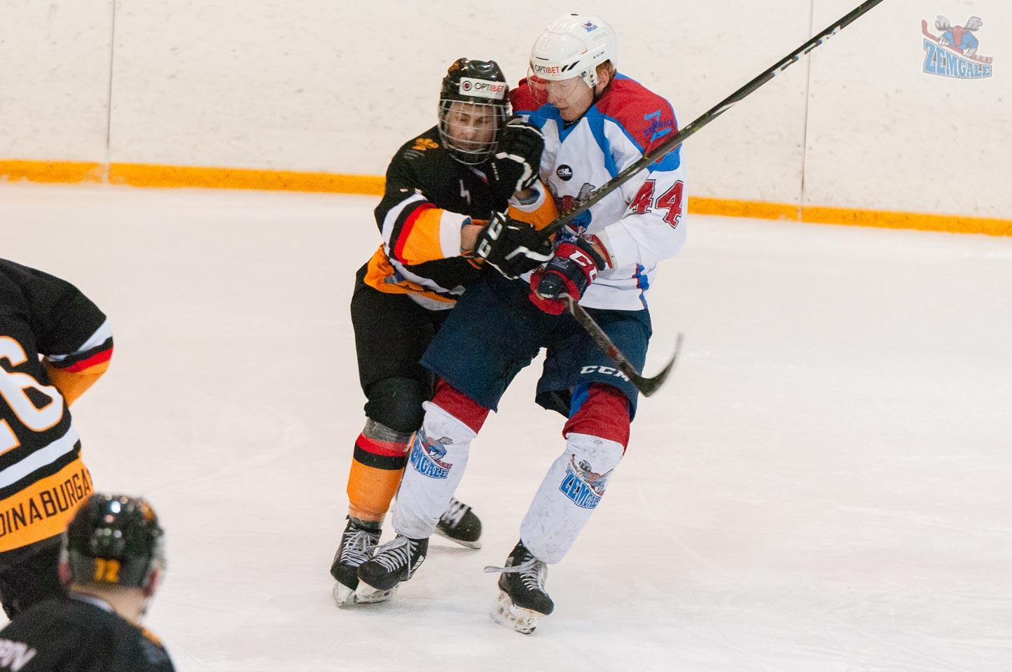 Hokejista spēka paņēmiens pret pretinieku