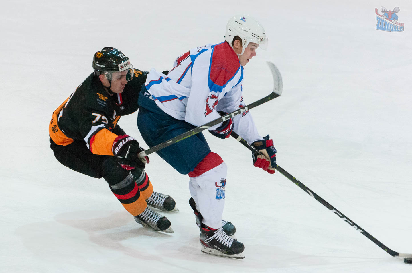 Hokejists ar korpusu piesedz ripu no pretinieka