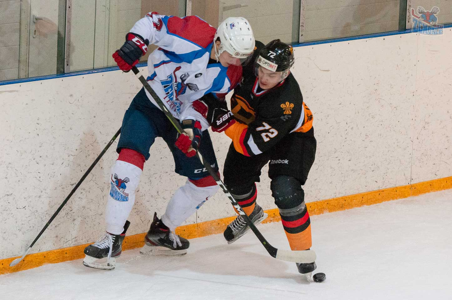 Hokejisti pie borta cīnās par ripu