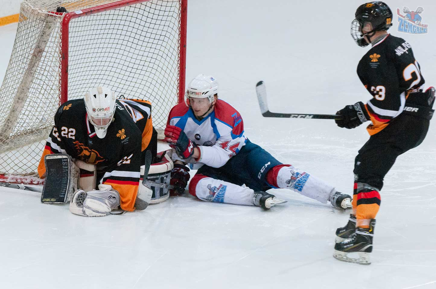 Hokejists nokrīta vārtsarga laukumā