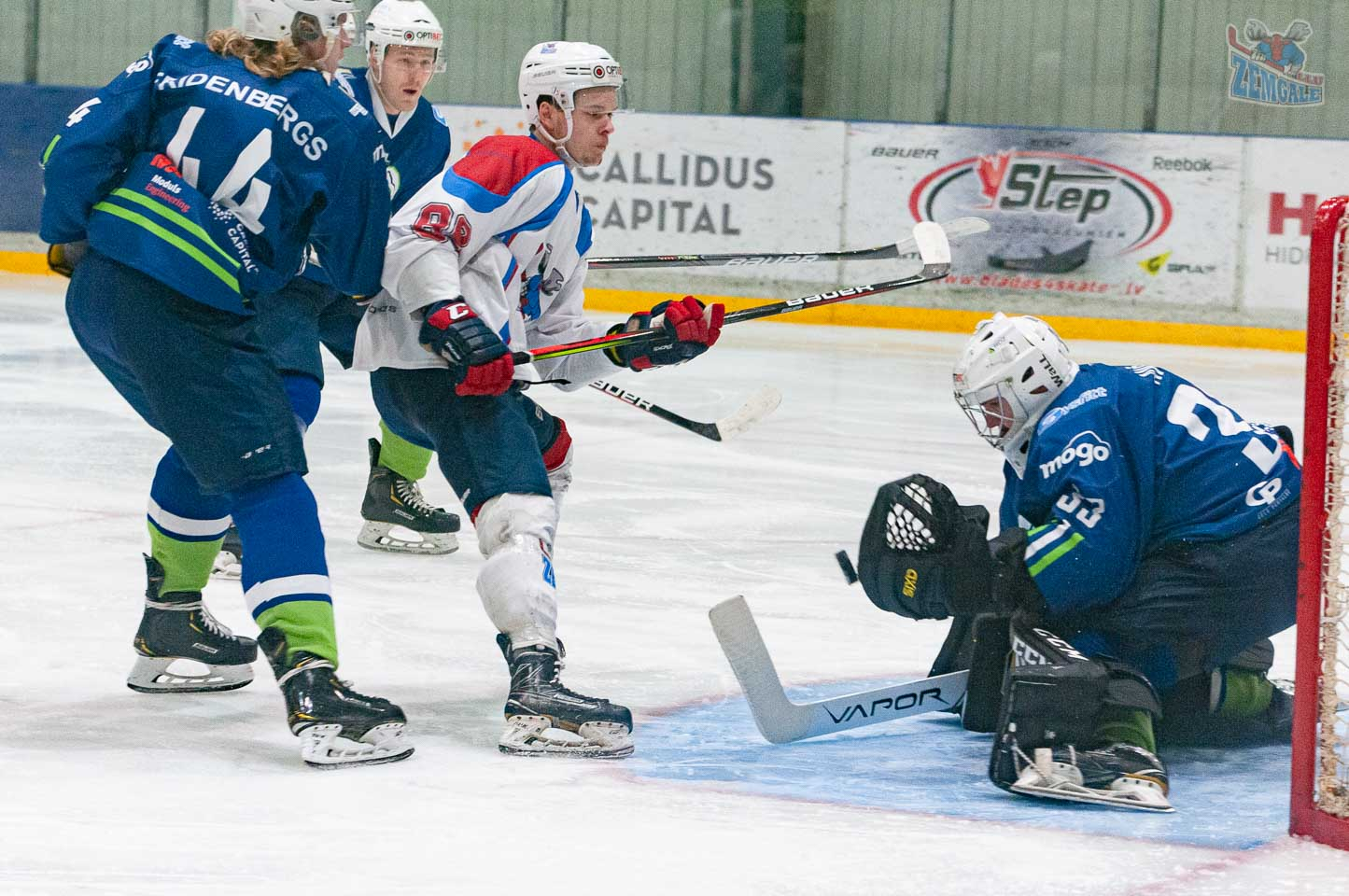 Vārstargs tver spēlētāja raidīto hokeja ripu
