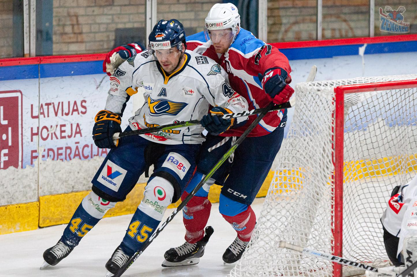 Hokejists traucē pretinieka slidojumu no aizvārtes